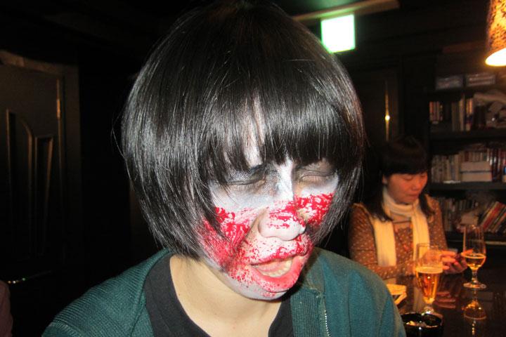 【潜入レポ】お客様をゾンビ化!? ゾンビまみれでゾンビな空間ゾンビバーに行ってきました!! life130222_zombie_make-1