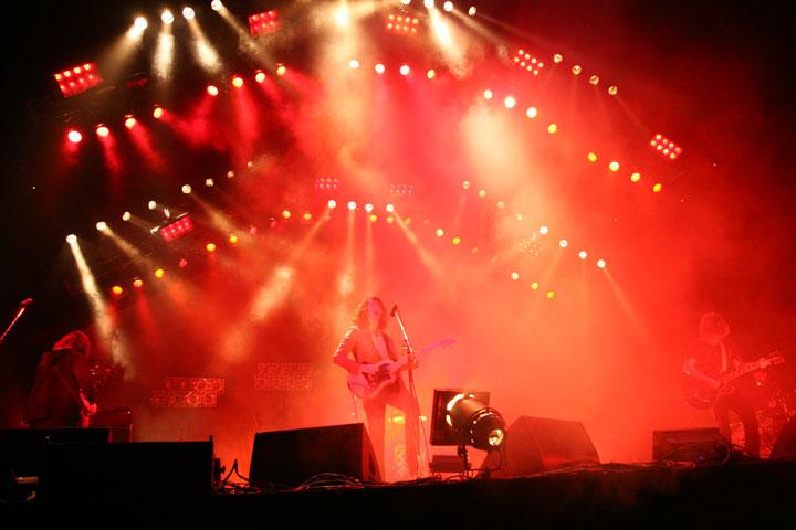【インタビュー】アークティック・モンキーズの最新5thアルバム『AM』から紐解く、音楽的進化と歌詞の変遷―。オフィシャル・インタビューも公開!! feature0905_arctic-monkeys_budoukan_01