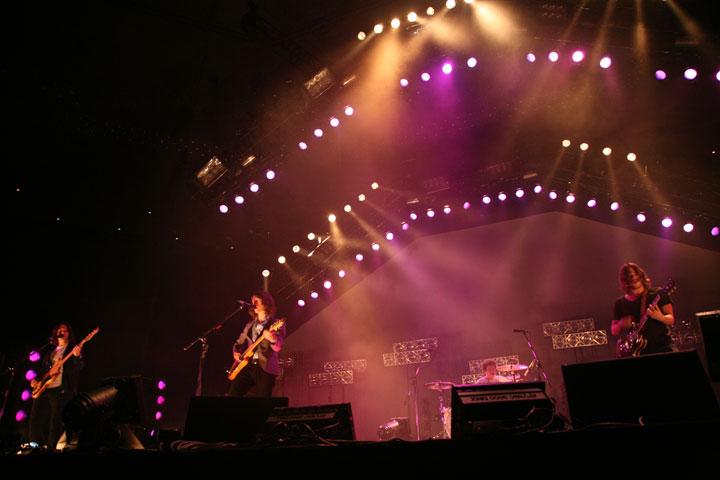【インタビュー】アークティック・モンキーズの最新5thアルバム『AM』から紐解く、音楽的進化と歌詞の変遷―。オフィシャル・インタビューも公開!! feature0905_arctic-monkeys_budoukan_02