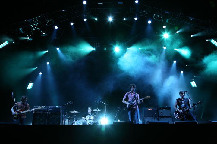 【インタビュー】アークティック・モンキーズの最新5thアルバム『AM』から紐解く、音楽的進化と歌詞の変遷―。オフィシャル・インタビューも公開!! feature0905_arctic-monkeys_summersonic_02