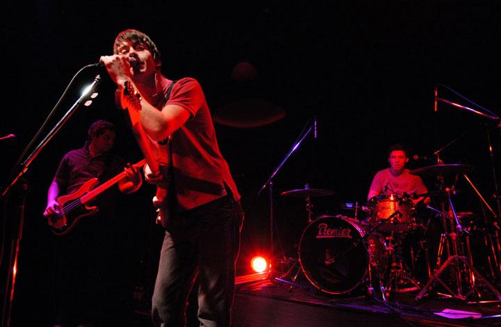 【インタビュー】アークティック・モンキーズの最新5thアルバム『AM』から紐解く、音楽的進化と歌詞の変遷―。オフィシャル・インタビューも公開!! feature0905_arctic-monkeys_unit_01