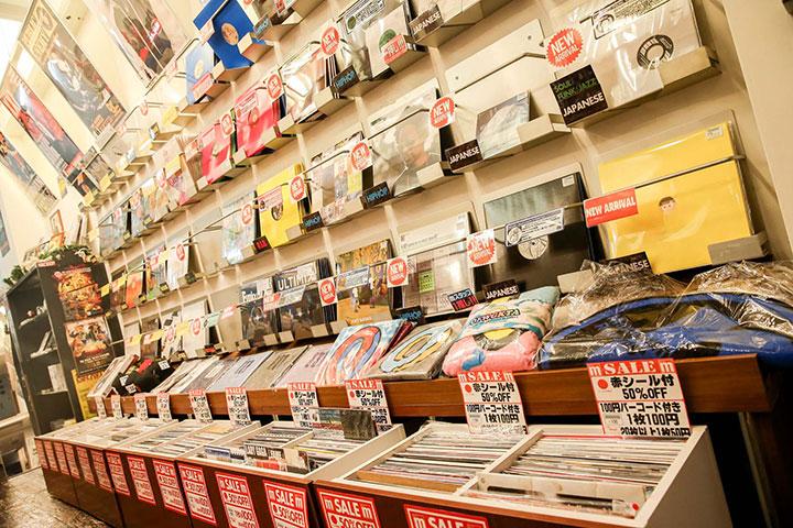 【インタビュー】HIP HOP/R&Bの老舗〈Manhattan Records〉に迫る! 大人気コンピ『THE HITS』のコダワリとは…? interview140113_manhattan_4-1
