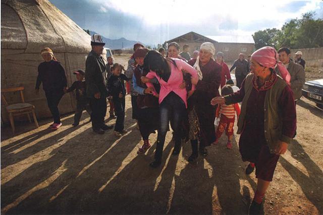 気鋭の女性写真家、林典子が写した真実の姿。「キルギスの誘拐結婚」が発売 art140630_kyrgyz_sub