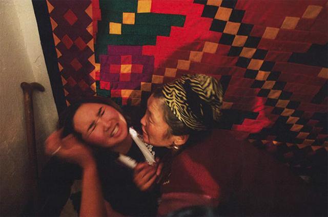 気鋭の女性写真家、林典子が写した真実の姿。「キルギスの誘拐結婚」が発売 art140630_kyrgyz_sub2