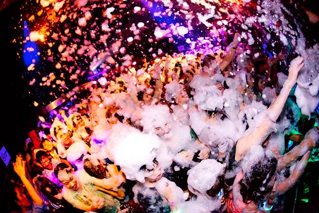 仮装しながら泡まみれ! 最狂のハロウィンパーティー開催! music141021_awa_8