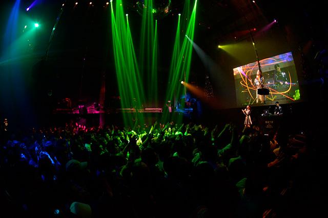 tofubeats with 森高千里、一夜限定で急遽行われたライブが超熱気に包まれながら大盛況の内に終了!! music141218_tofubeats_1