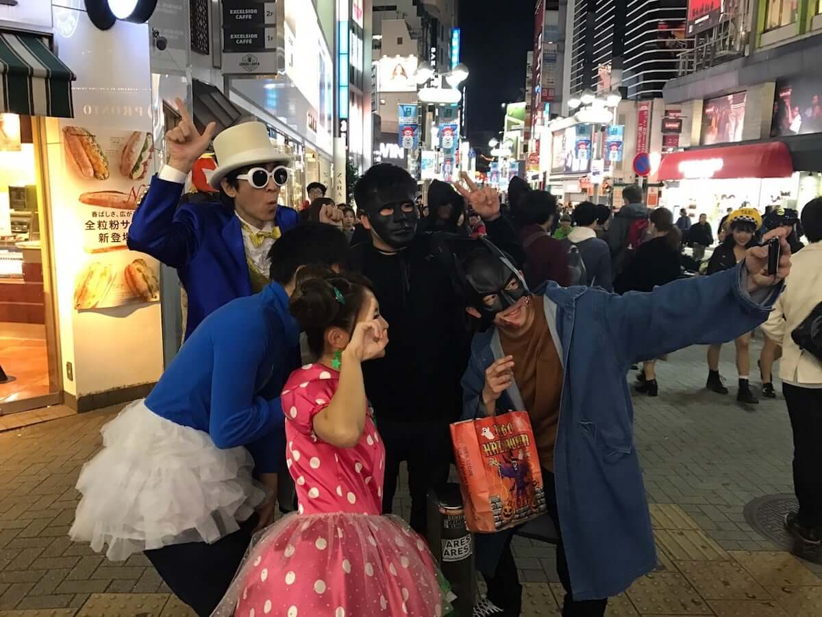 ELTいっくん、ハロウィンコスプレで渋谷に現るも気づかれず!自ら「ELTの伊藤一朗です」と名乗る culture181101_pikachintime_1-1200x900
