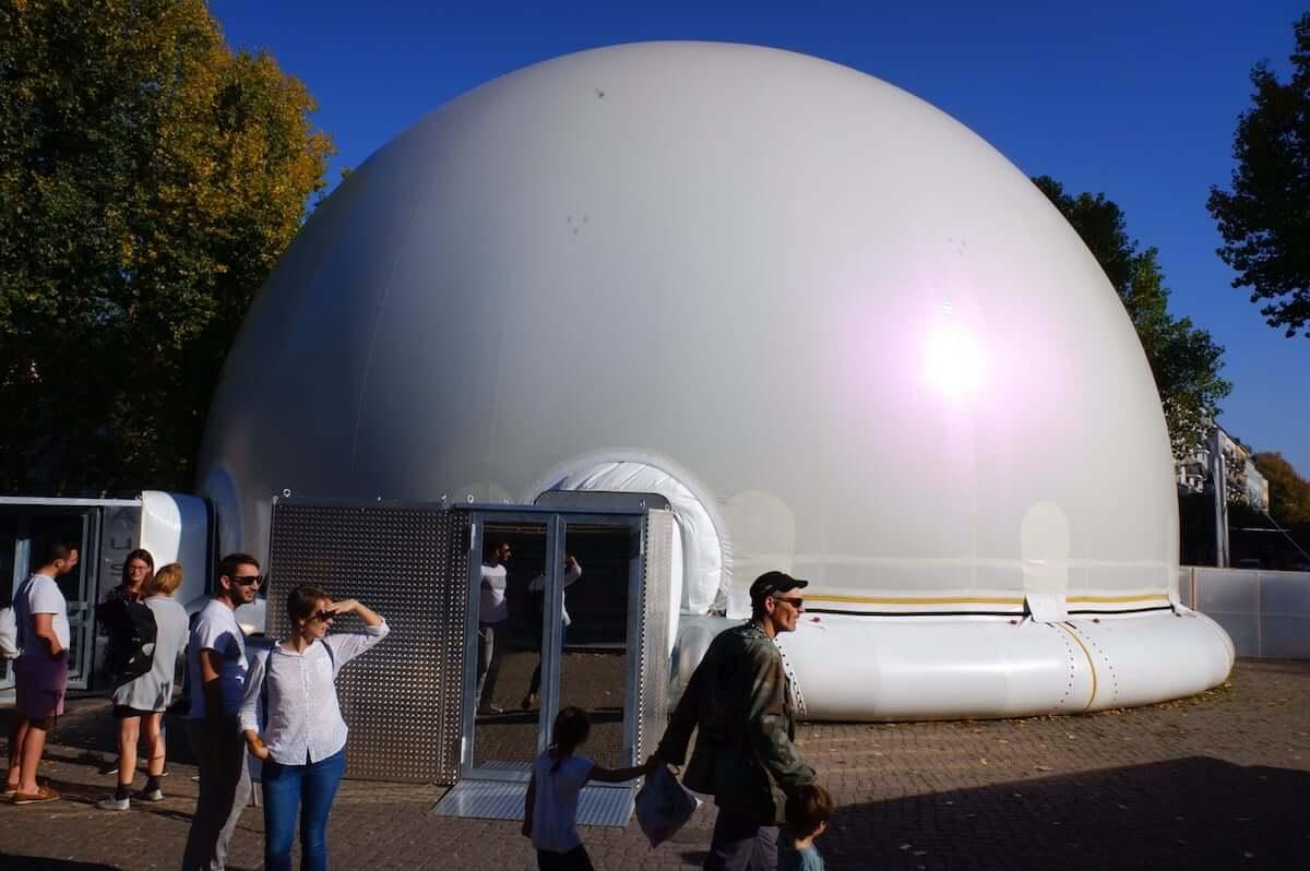 公園に突如現れたプラネタリウムでアートインスタレーション ベルリンの最新アート事情 km-post79__DSF1180-1200x798