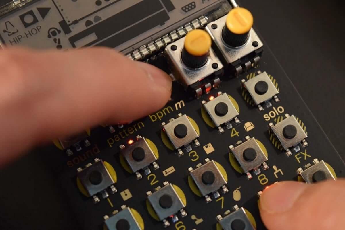 80年代のパソコンやOA機器の音でリズムが作れる、小型ドラム・マシン『PO-24 office』の魅力 music_teenageengineering-po24_9-1200x802