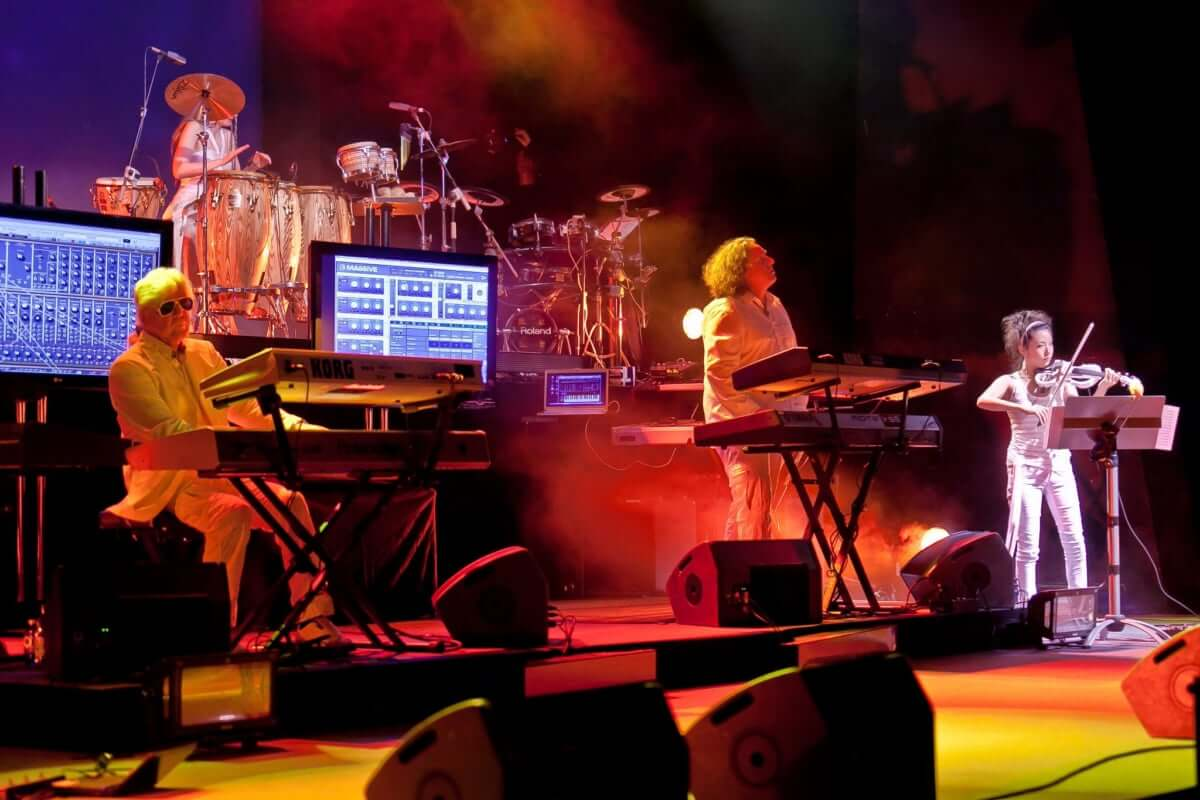 タンジェリン・ドリーム、ソロ、作曲と多彩な顔を持つ世界的ヴァイオリニスト山根星子インタビュー 『ベルリンで生きる女性たち』 Part.5 Tangerine-Dream-with-Brian-May2011-1200x800