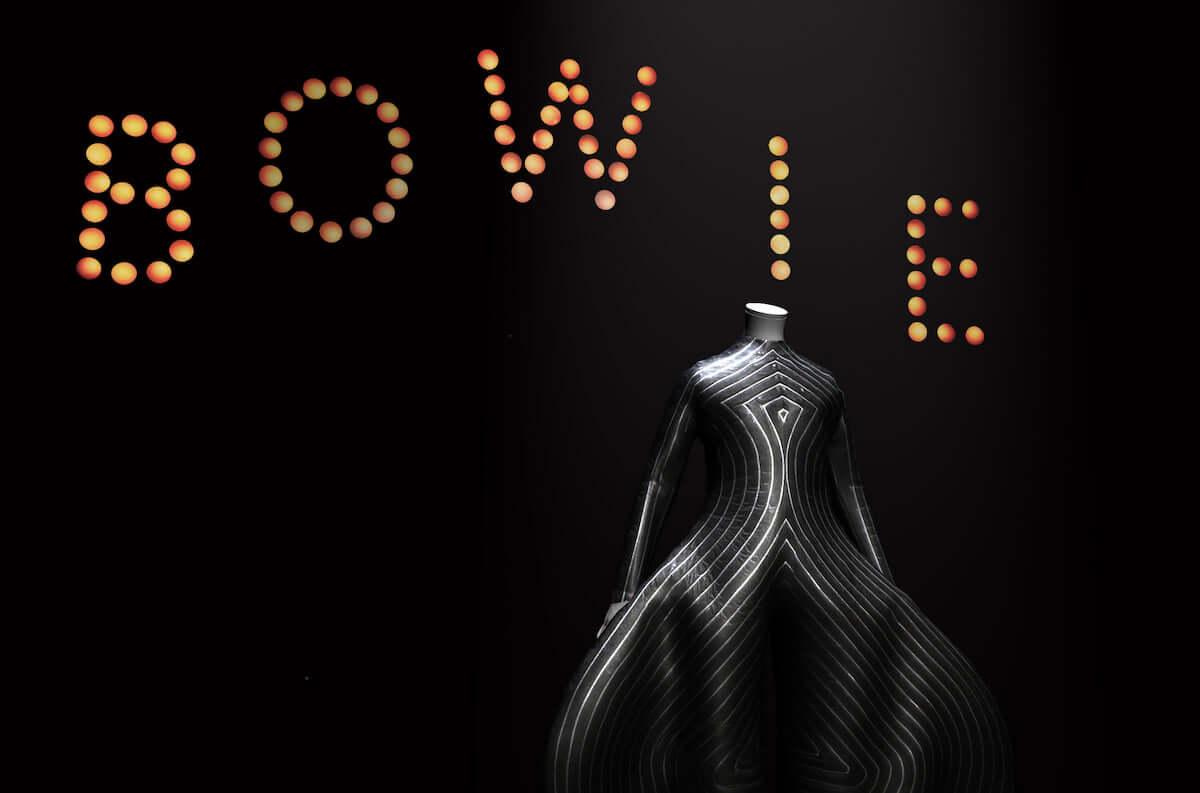 デヴィッド・ボウイ大回顧展「DAVID BOWIE is」が甦るARアプリ、ナレーションがゲイリー・オールドマンに決定 music181229-DBis-01-1200x793