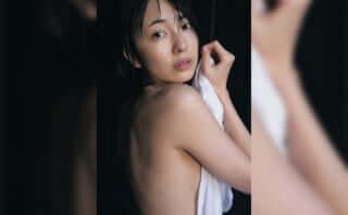 小島梨里杏 自身初の写真集「半透明」が発売に!温泉ロケではバスタオルショットも公開……!