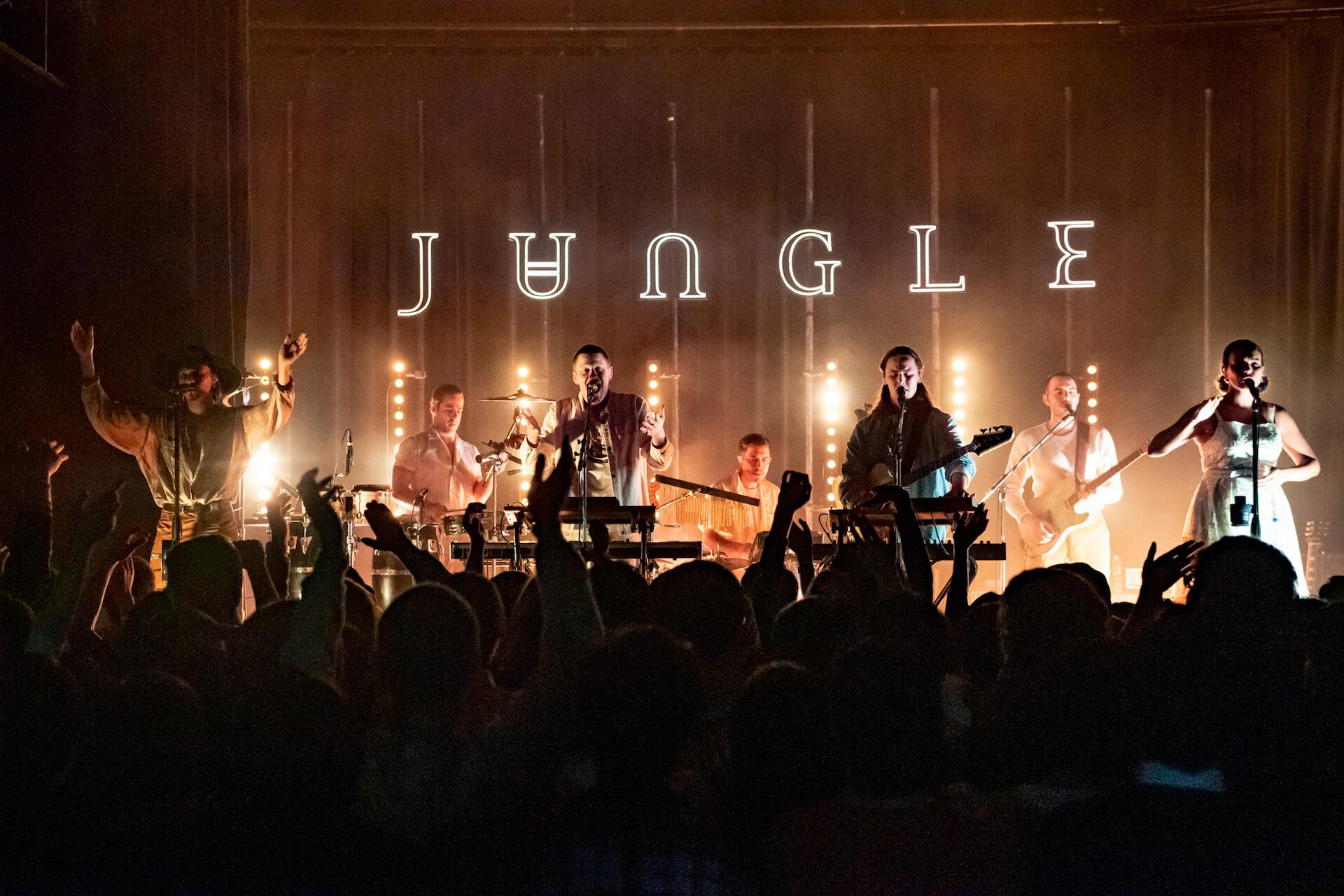 クールでセクシーなネオ・ソウルの誘惑。踊り酔いしれ乱れる夜!JUNGLE、単独公演のライブ・レポートが公開 music190226-jungle-6