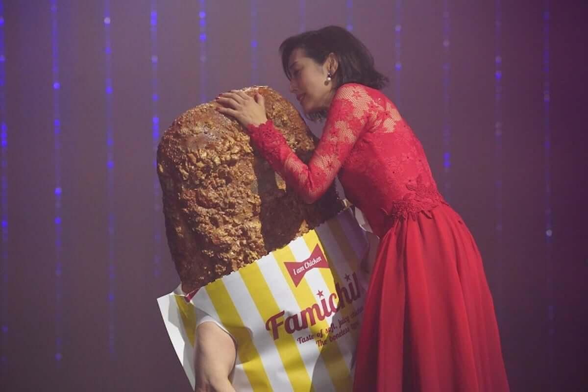 木村多江、ファミチキ新CMで情熱的なタンゴを披露し「背徳の味に惹かれてしまう」と語る video190301-kimuratae-familymart-2-1200x800
