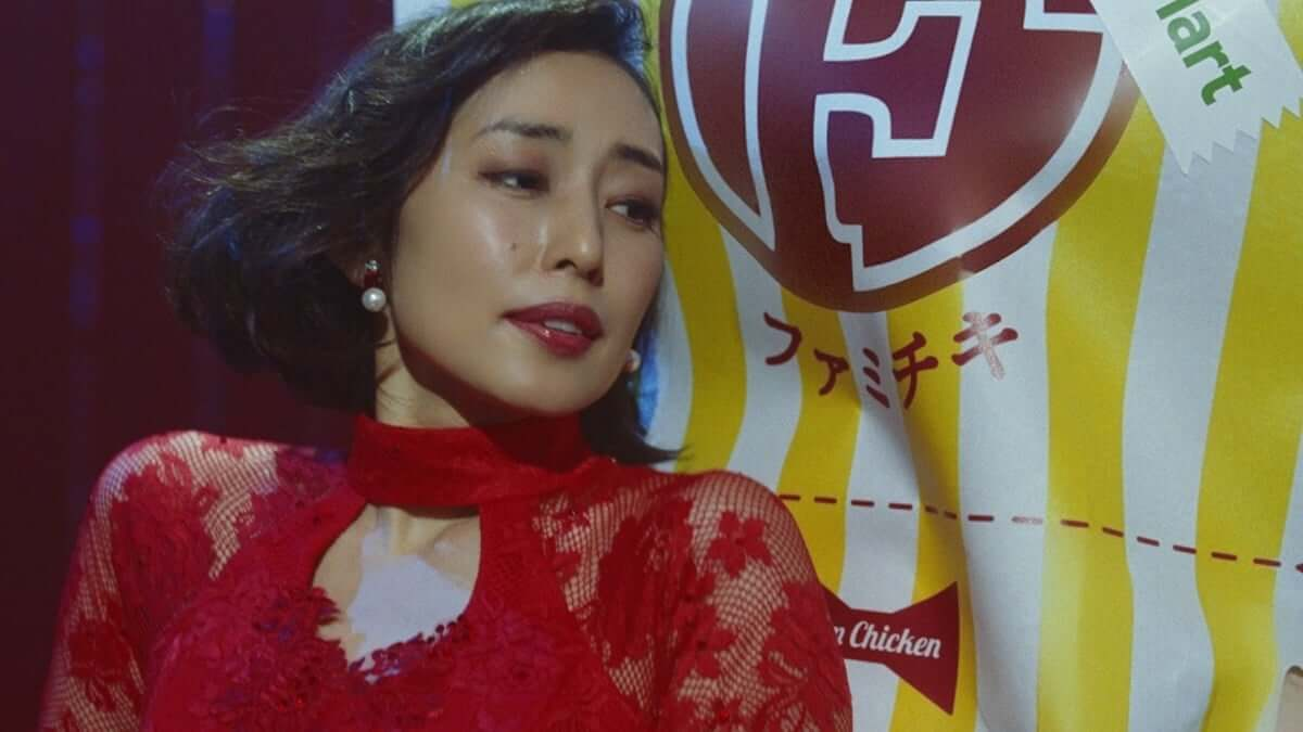 木村多江、ファミチキ新CMで情熱的なタンゴを披露し「背徳の味に惹かれてしまう」と語る video190301-kimuratae-familymart-3-1200x675