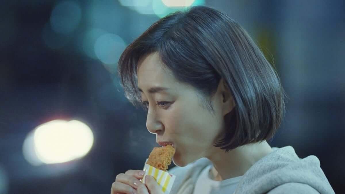 木村多江、ファミチキ新CMで情熱的なタンゴを披露し「背徳の味に惹かれてしまう」と語る video190301-kimuratae-familymart-5-1200x675