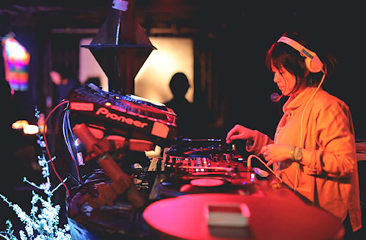 京都・嵐山「法輪寺」で「CORONA SUNSETS SESSIONS KYOTO」開催!DATS、TENDRE、Emerald、YOTTUが出演 music190311-coronasunsetssessions-4-1200x788