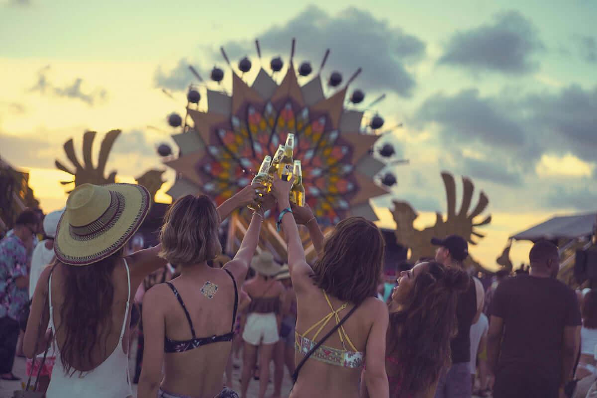 <CORONA SUNSETS FESTIVAL 2019>の第1弾出演アーティストが発表 José González、Licaxxxら5組 music190325_coronasunsetsfestival_main-1200x800
