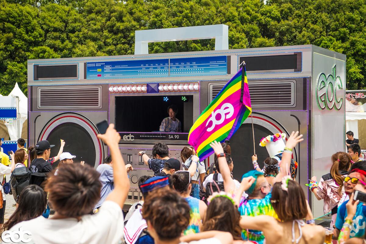 「Girls Don't Cry」など手がけるアーティストVERDYが<EDC JAPAN 2019>移動式DJブースをプロデュース!「映える」うどん屋も初出店 mu190426_edcjapan4
