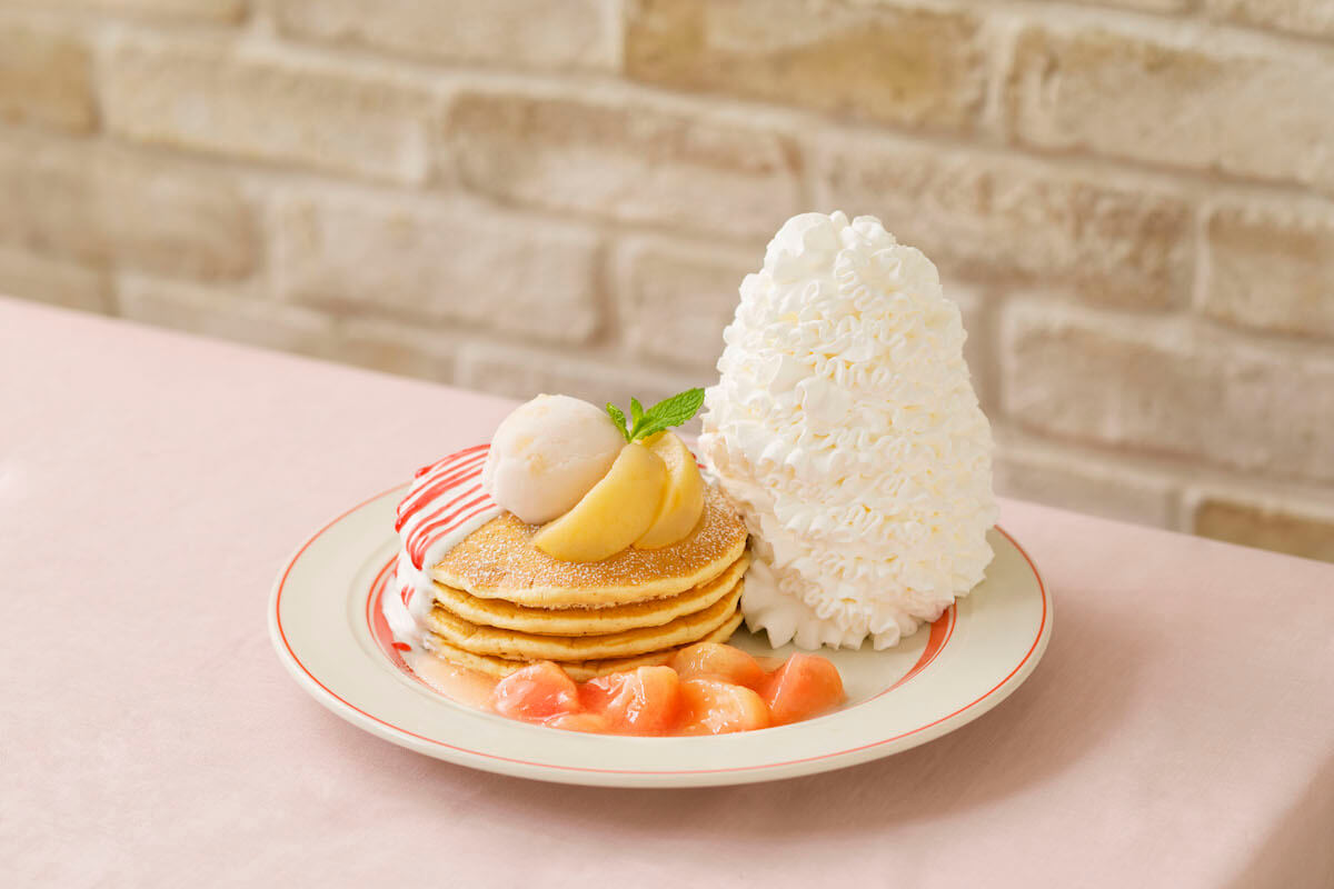 Eggs 'n Thingsに新メニュー!「白桃とヨーグルトソースのパンケーキ」が期間限定で登場 gourmet190618eggsnthings-pancake_main