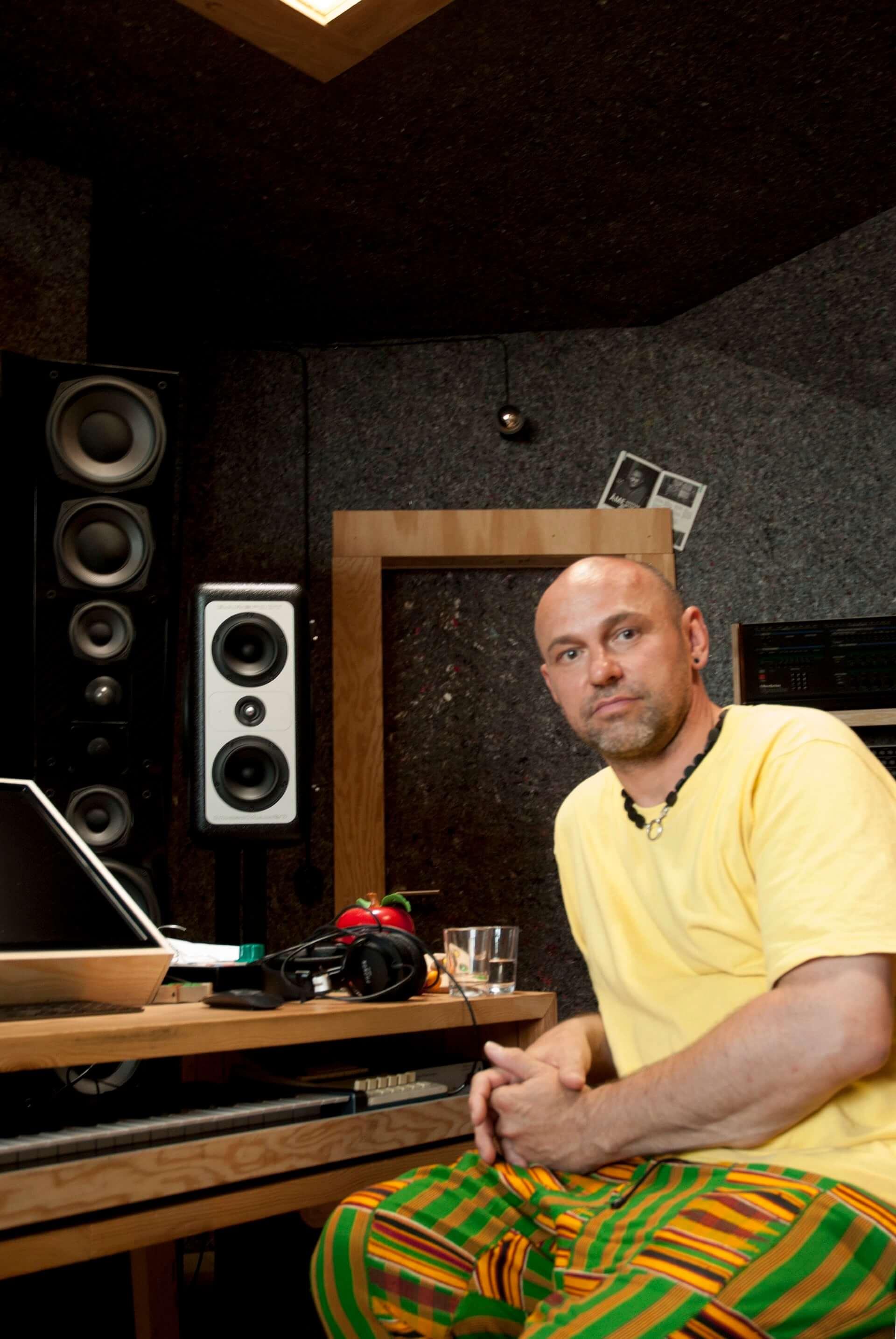 【インタビュー】ヘンリク・シュワルツ、弦楽四重奏とともに創り上げたアルバム『CCMYK』を語る interview190624interview-henrikschwarz_0729-1920x2868