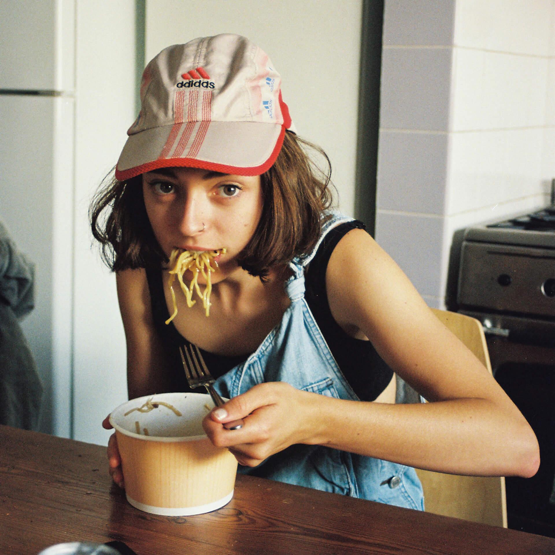 このキュートな写真の子はだれ?JOURNAL STANDARDよりStella DonnellyのオフィシャルフォトTシャツが発売! life-fashion190717-stelladonnelly-journalstandard-2