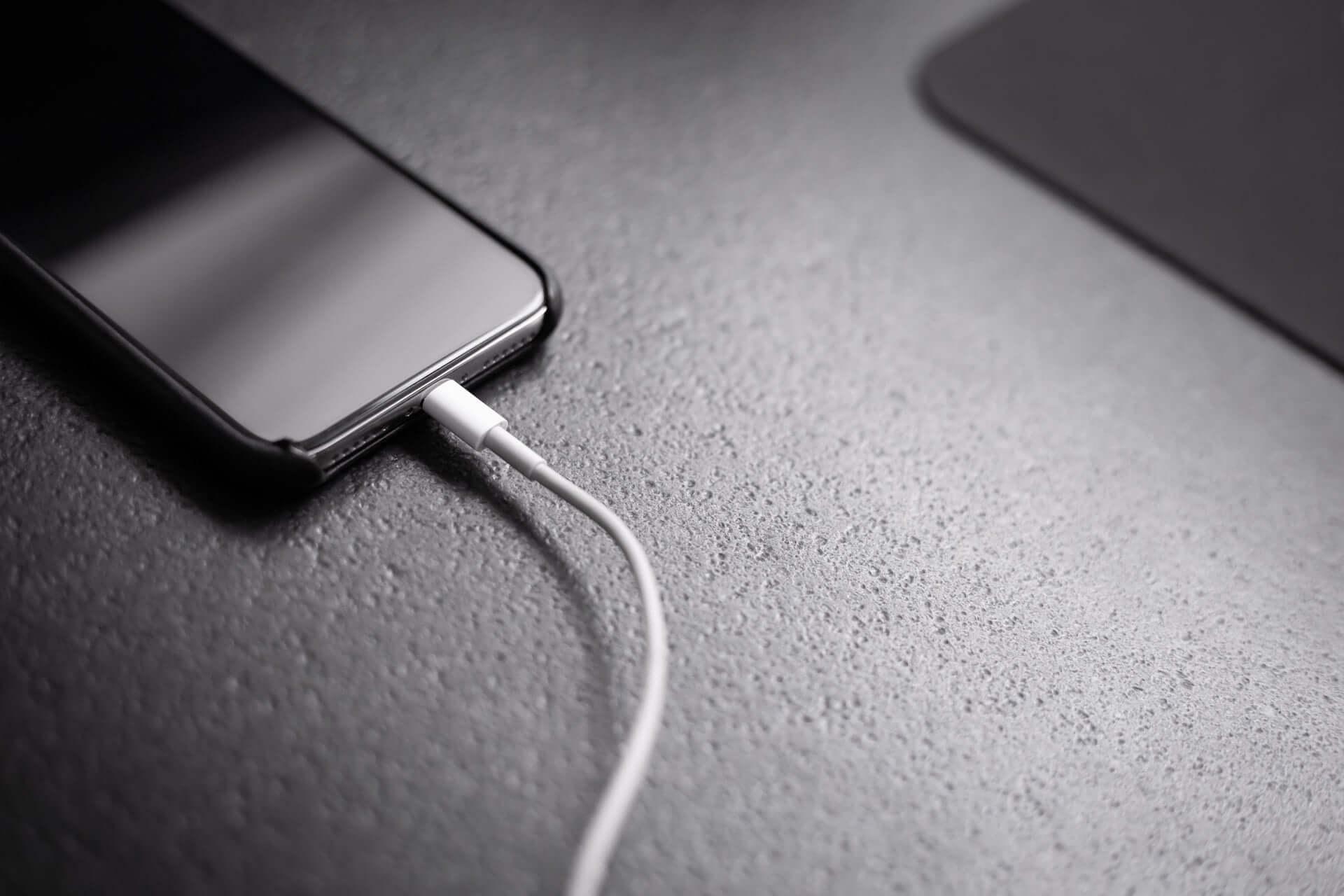 iPhone充電時に気になる「あの音」が2度鳴るのはなぜ? tech190819_iphone_charge_main-1920x1280