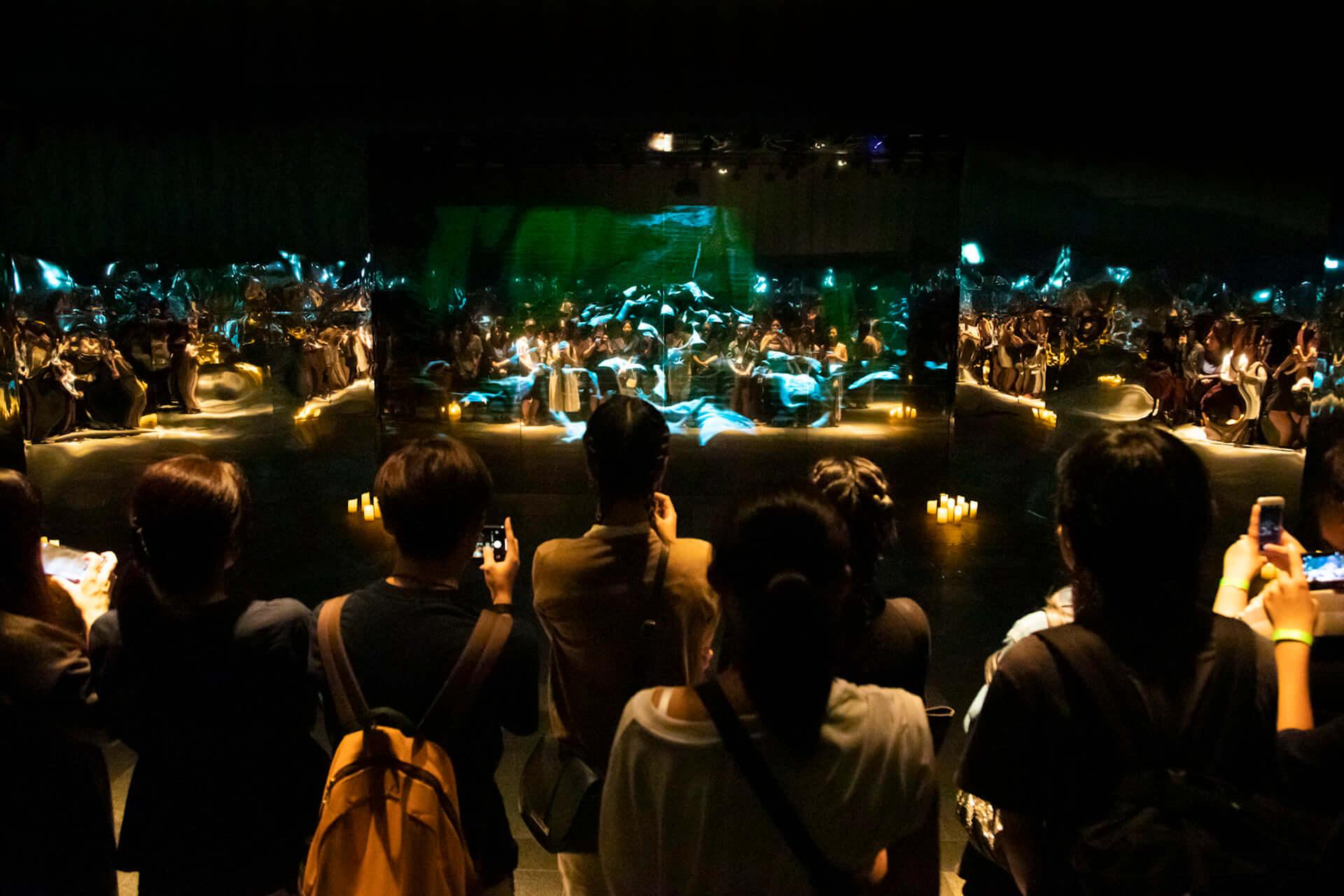米津玄師「馬と鹿」MV、ついに解禁|<鏡の上映会>で観客とひとつに music190903_yonezukenshi_mv_9-1920x1280