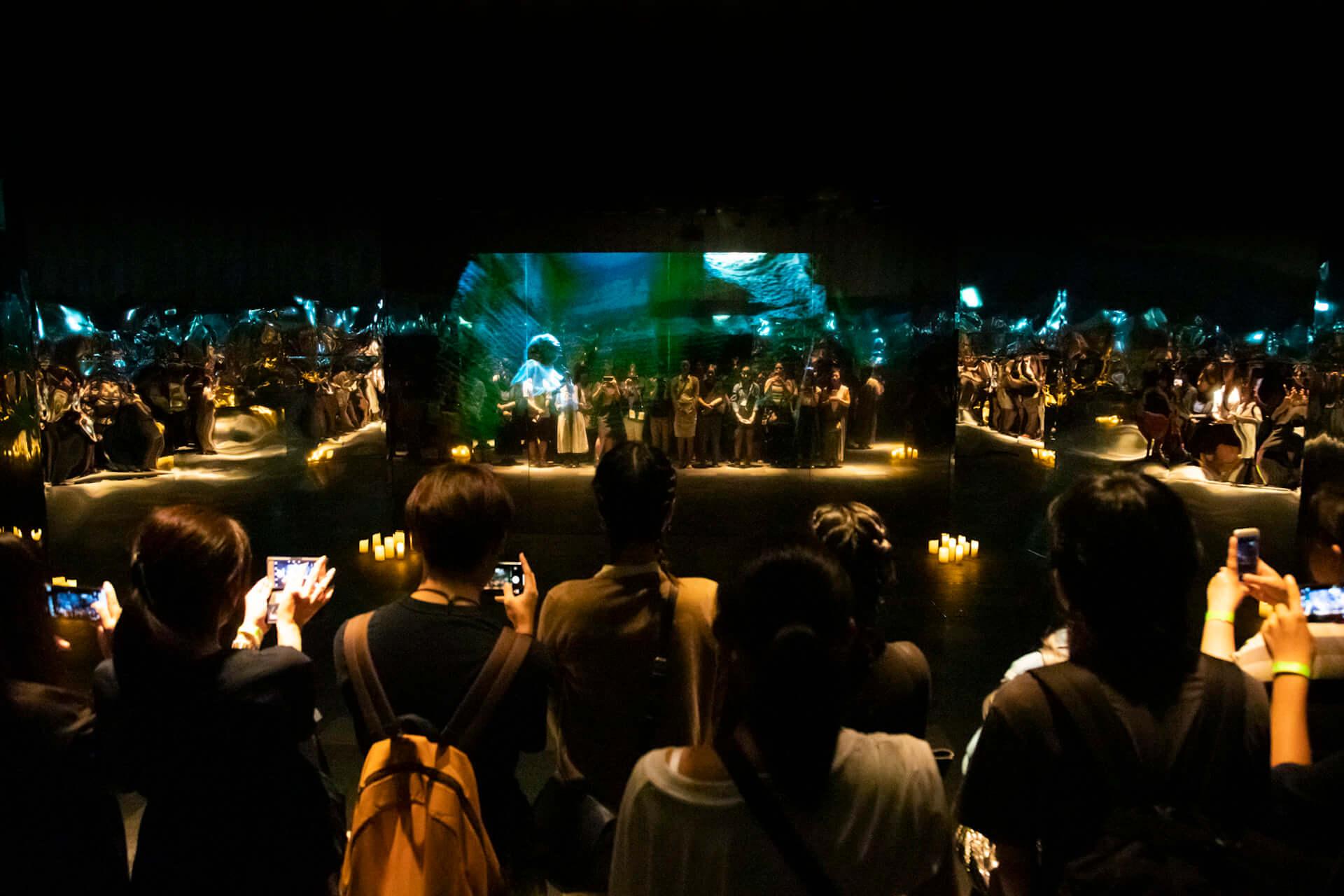 米津玄師「馬と鹿」MV、ついに解禁|<鏡の上映会>で観客とひとつに music190903_yonezukenshi_mv_7-1920x1280