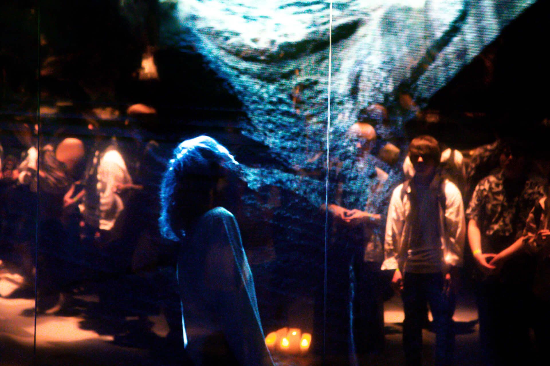 米津玄師「馬と鹿」MV、ついに解禁|<鏡の上映会>で観客とひとつに music190903_yonezukenshi_mv_8-1920x1280