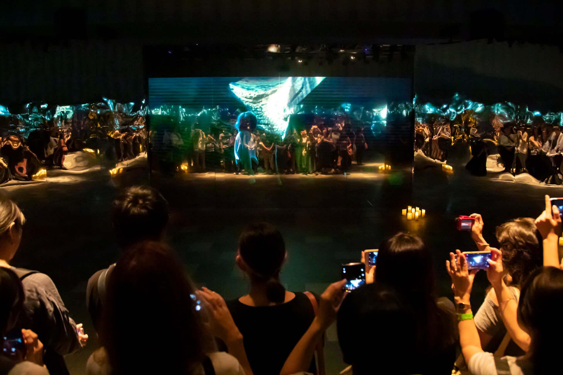 米津玄師「馬と鹿」MV、ついに解禁|<鏡の上映会>で観客とひとつに music190903_yonezukenshi_mv_main-1920x1280