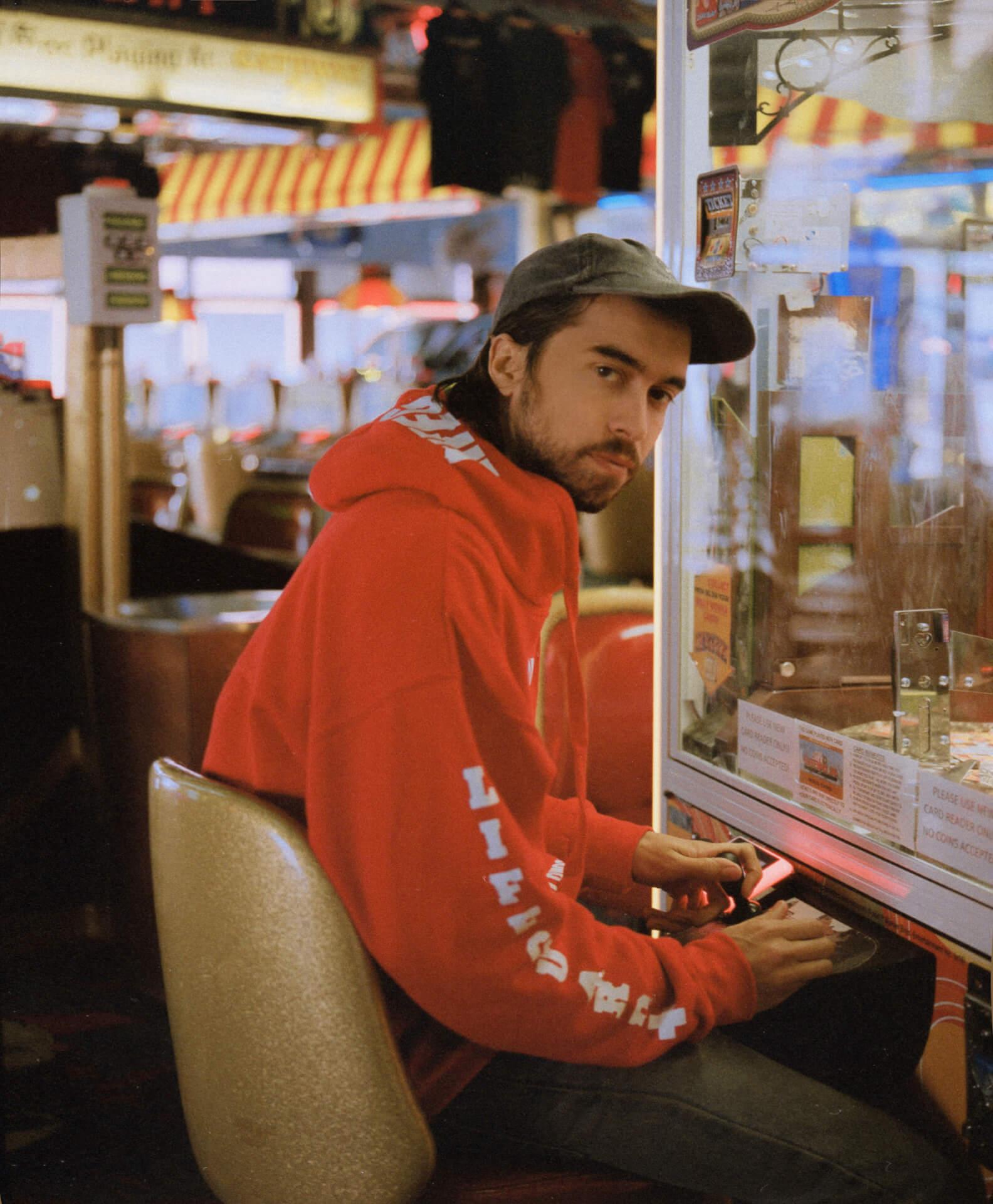 フランク・オーシャン絶賛の (Sandy) Alex Gがパリの街中で即興パフォーマンスする映像が公開|最新アルバムもリリース間近 music190911_alexg_02