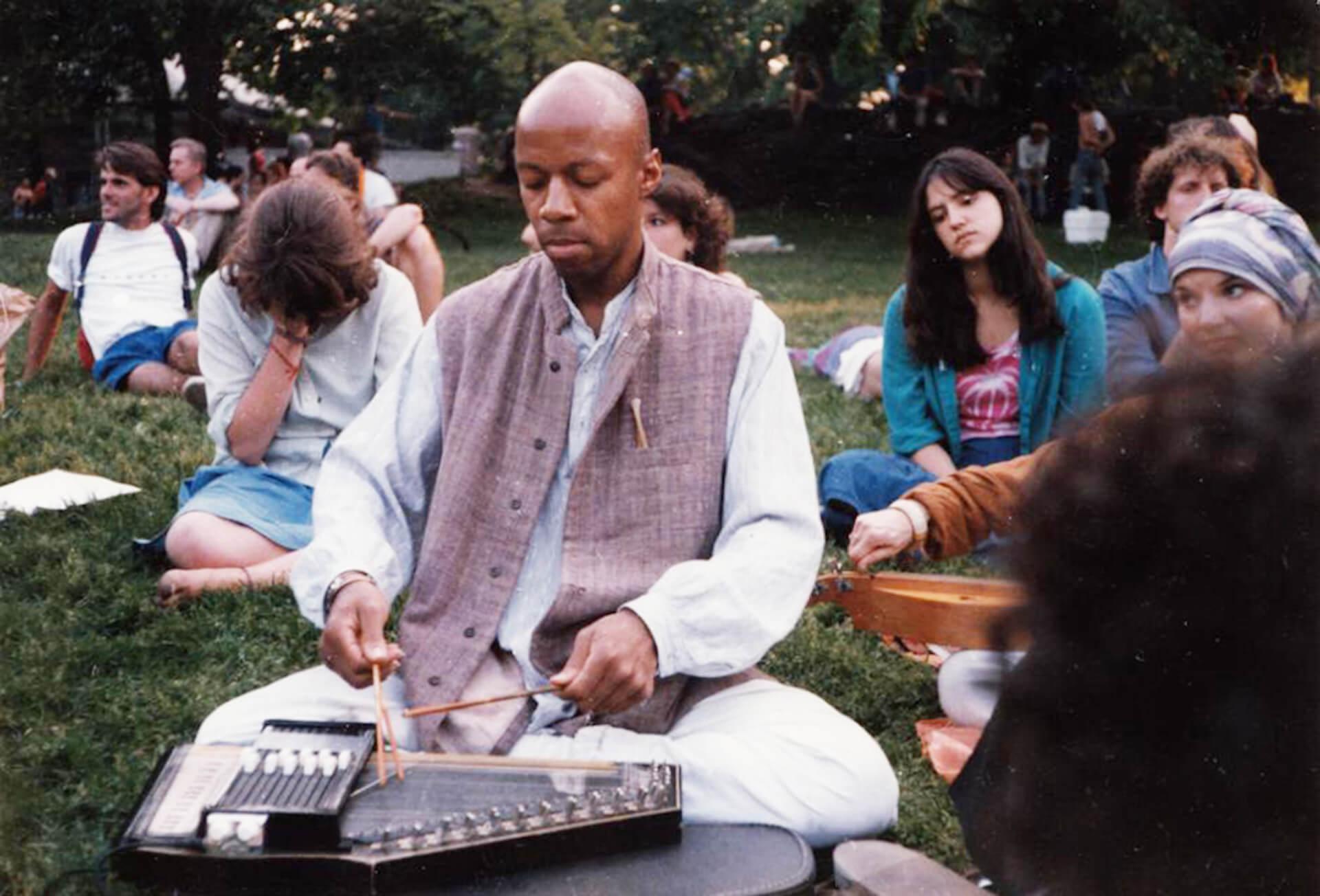 蘇るニューエイジ・アンビエントの煌めき!NYの生ける伝説LaraajiがBrian Enoとの名作『Ambient 3:Day Of Radiance』のセットを携えた再来日ツアーを11月に開催 music190913-laraaji-2