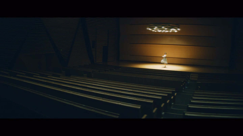欅坂46、平手友梨奈のソロ曲、映画「響 -HIBIKI-」の主題歌「角を曲がる」のMVが公開 7-1440x810