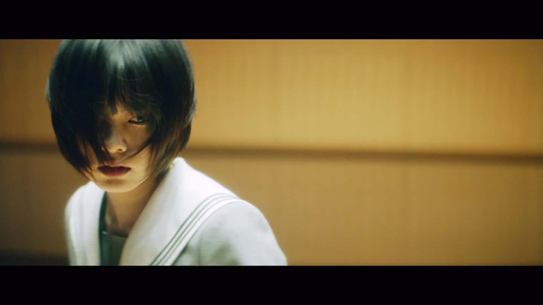 欅坂46、平手友梨奈のソロ曲、映画「響 -HIBIKI-」の主題歌「角を曲がる」のMVが公開 22-1440x810