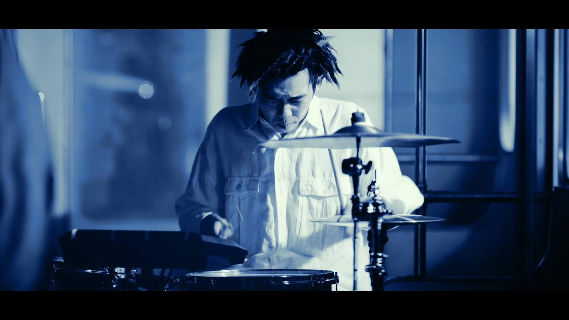King Gnu、ソニーの完全ワイヤレス型ノイキャンイヤホン『WF-1000XM3』の新CMに出演 CMソングに「Teenager Forever」を初音源化 music191001_kinggnu_cm_5