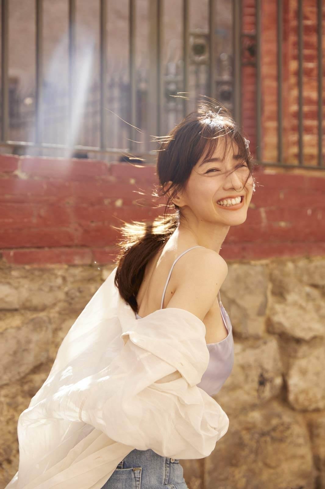 田中みな実の輝く笑顔が最高!初の写真集の一部カットが公開|大胆な下乳ショットも | Qetic
