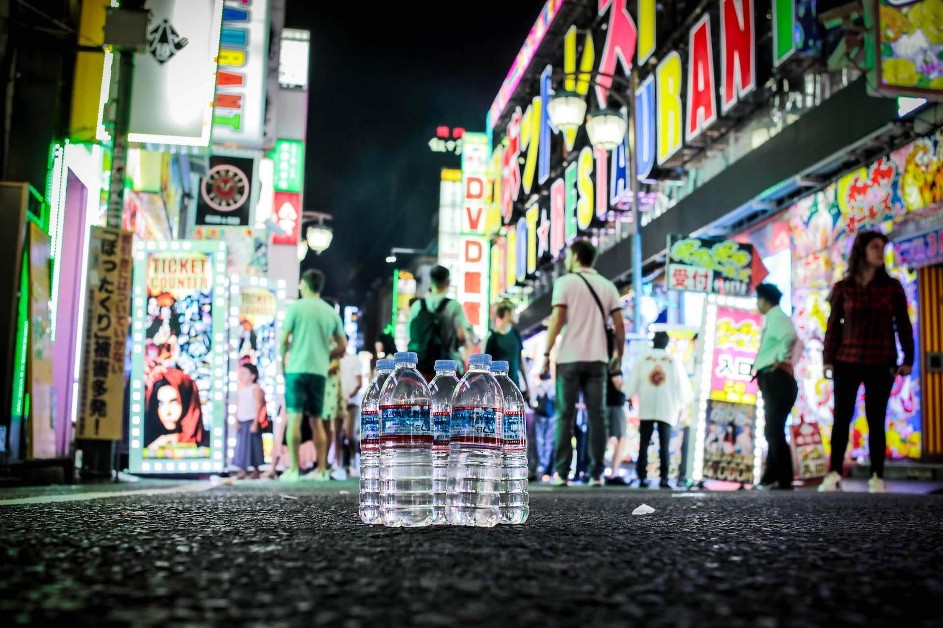 パノラマパナマタウンのVo・岩渕想太が個展<俺の命はクリスタルガイザー何本分なのよ>を新宿歌舞伎町人間レストランにて開催 art-culture191206-iwabuchisouta-nngn-4