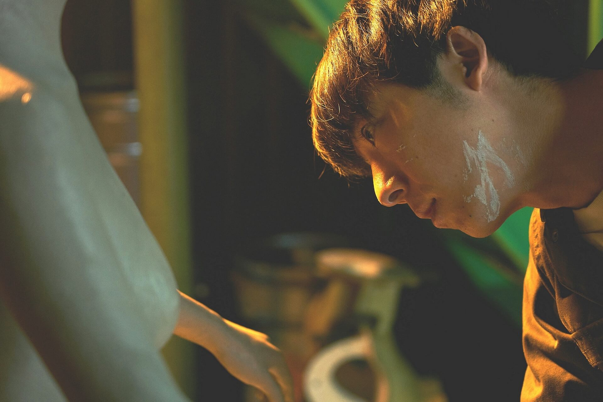 高橋一生がその手で美しいラブドールを造形する|高橋一生の誕生日に『ロマンスドール』場面写真が解禁! film191209_romancedoll_2