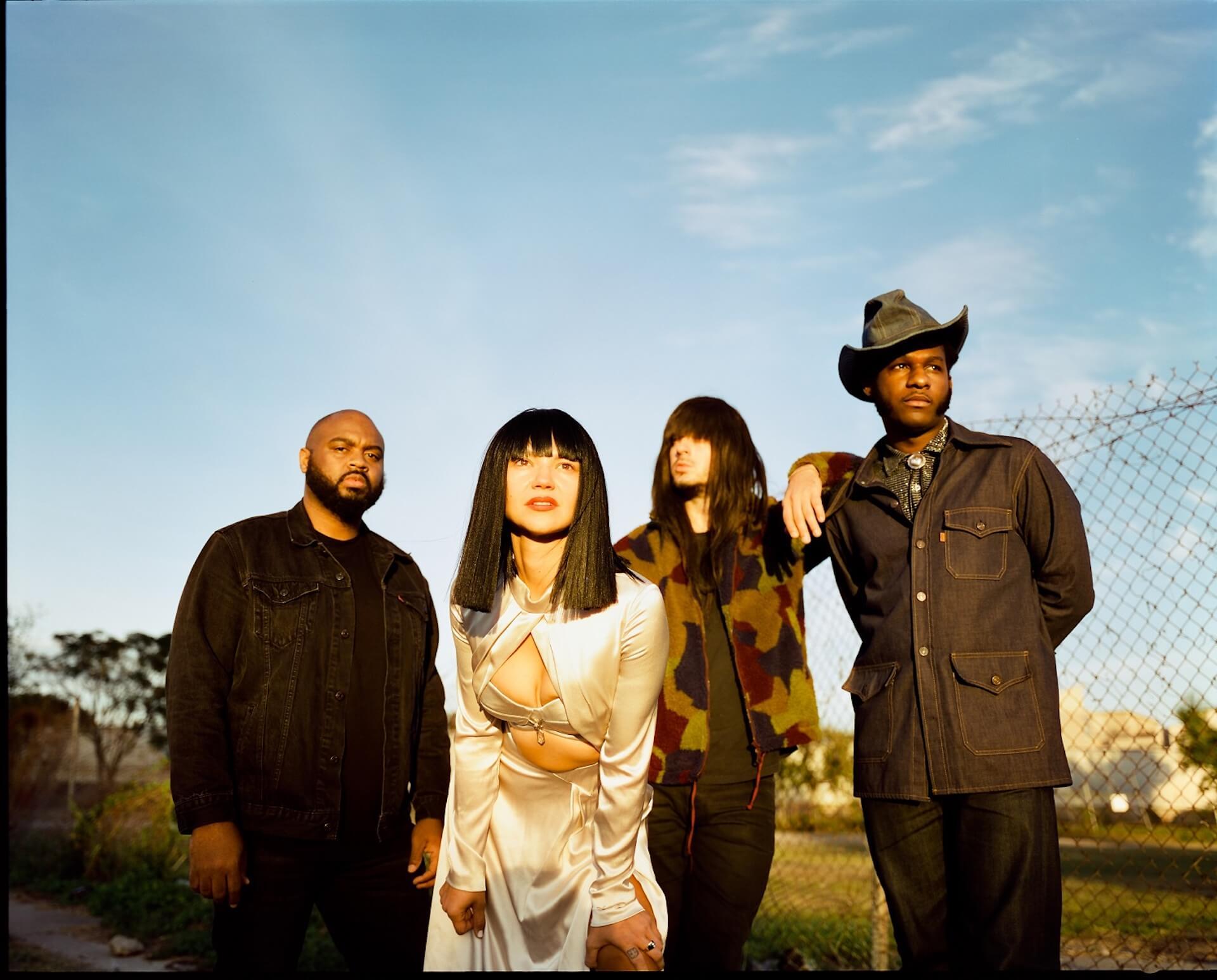 異色のタッグ、クルアンビン&リオン・ブリッジズがコラボEP『Texas Sun』より「C-Side」を公開 music200116_khruangbin_leonbridges_1