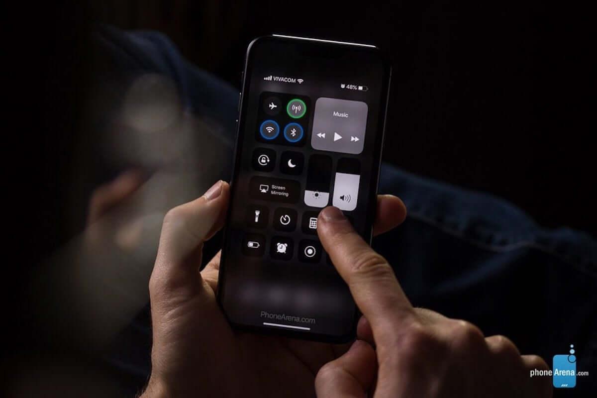 噂の最新モデル・iPhoneXIにiOS13のダークモードを使用すると......? 190207_iphonex1_3-min-1200x800
