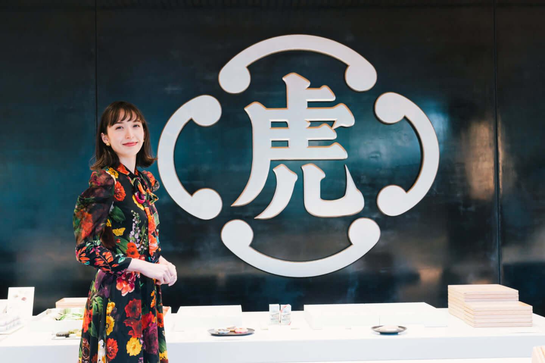 斉藤アリスと行くとらや 赤坂店、吉野ヒノキで魅せる伝統とモダニズム 15-1440x958