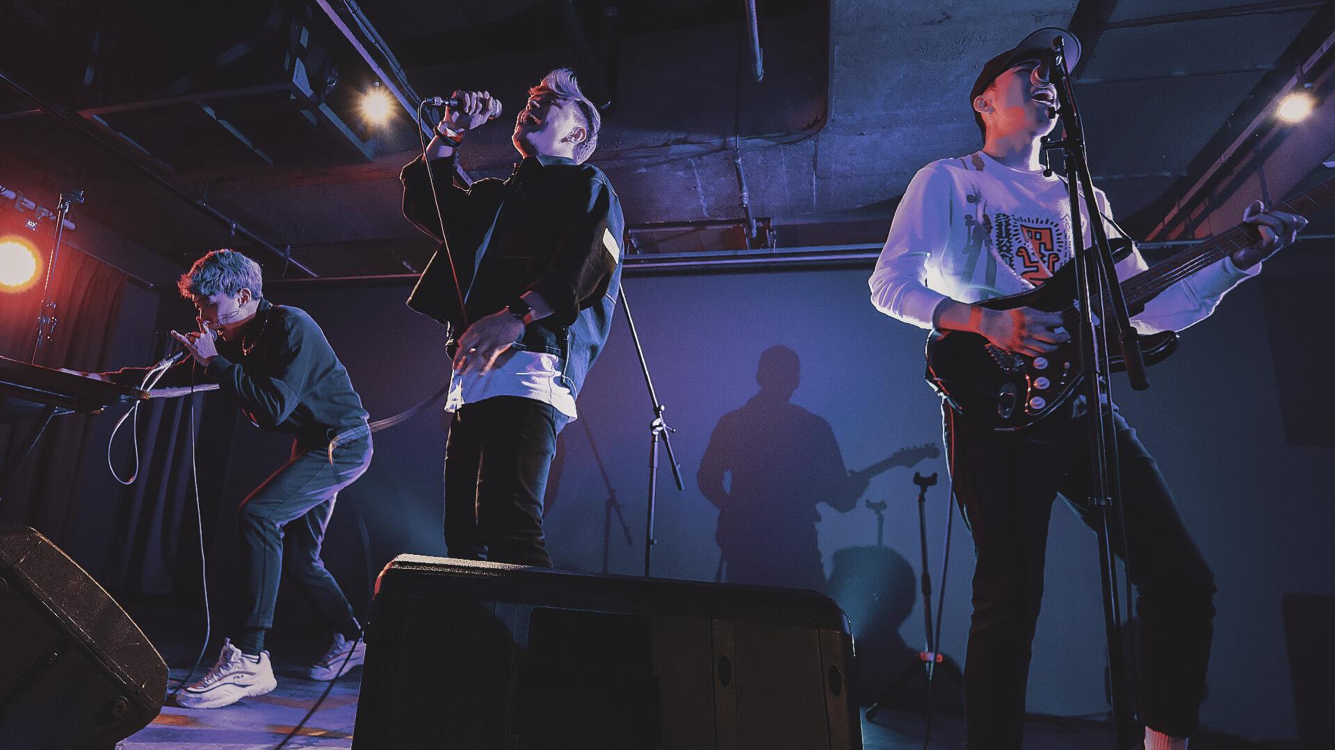 シンガポールの若手R&Bファンクバンドbrb.がデビューアルバム『relationsh*t』を〈Umami Records〉からデジタルリリース! music200312_bnb_04-1