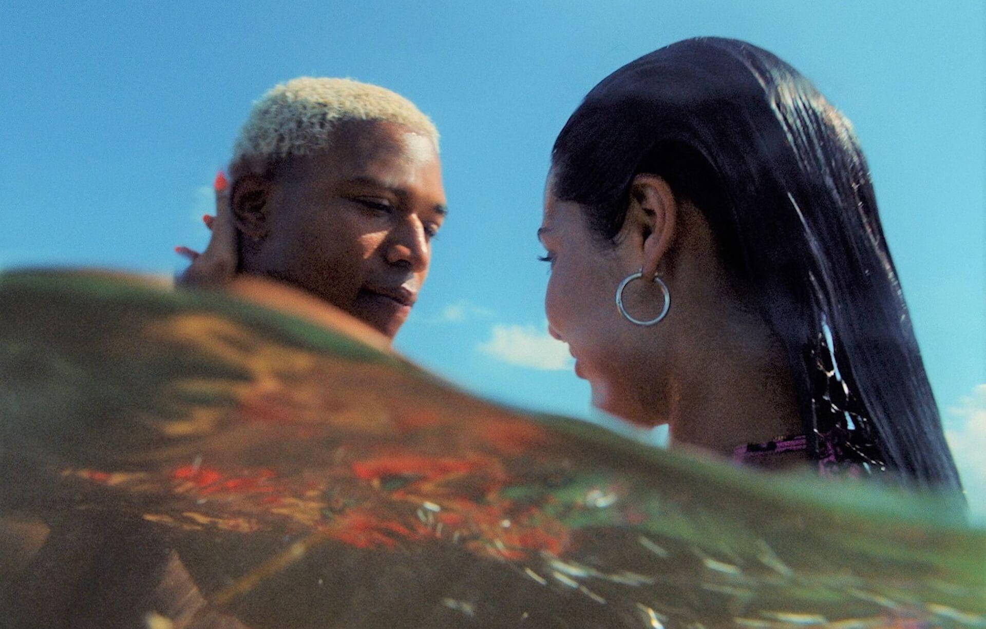 トレント・レズナーが音楽を手がけるA24最新作『WAVES/ウェイブス』の水辺のシーンが収められた場面写真が解禁! film200316_waves_1