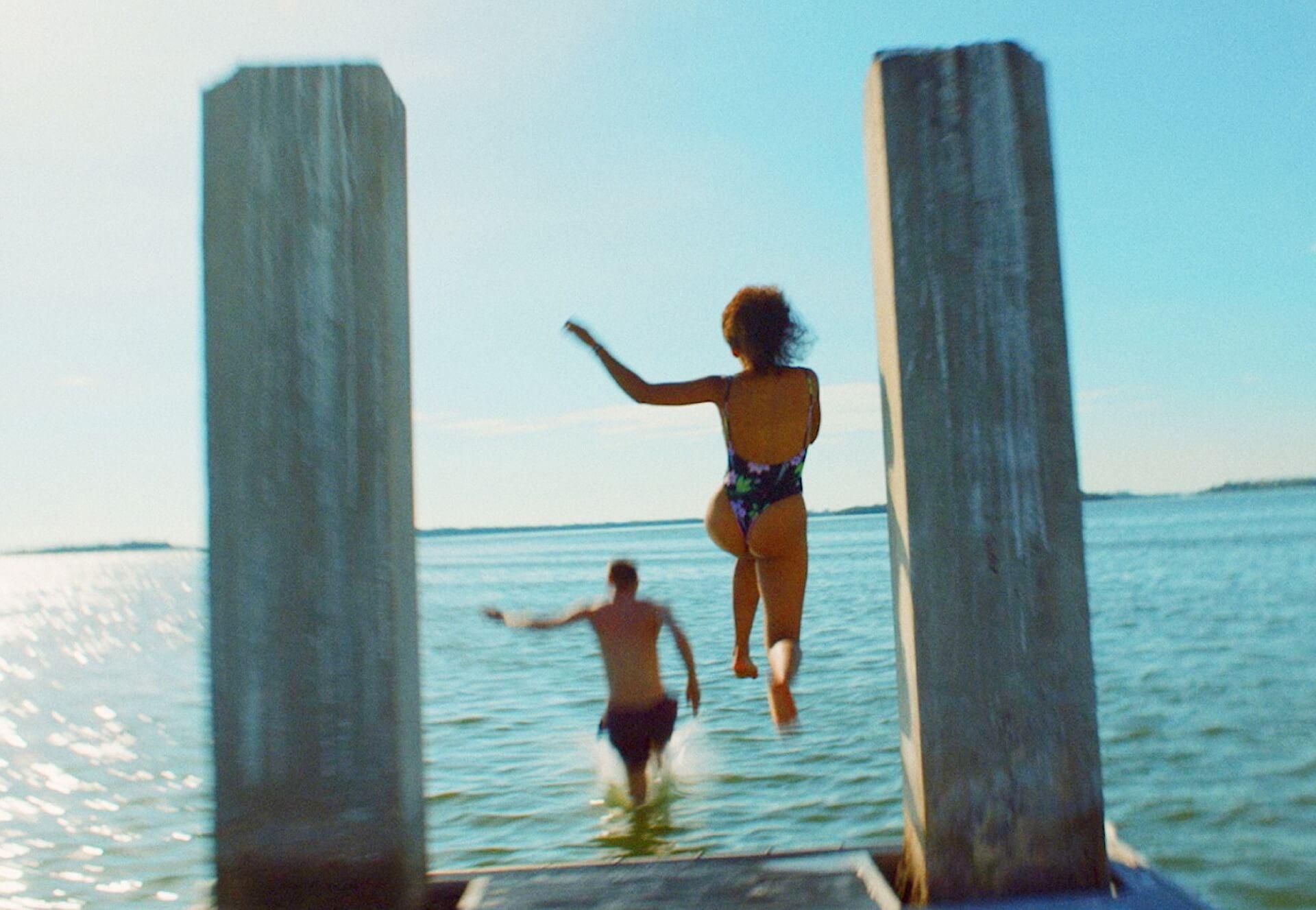 トレント・レズナーが音楽を手がけるA24最新作『WAVES/ウェイブス』の水辺のシーンが収められた場面写真が解禁! film200316_waves_2