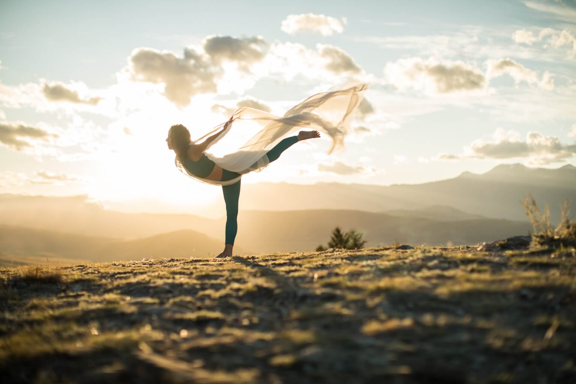 LUXURY CARDが大自然の映像を背景に自宅でヨガを楽しめる「YogaToday」を会員向けに3ヶ月間無料開放 lf200402_yogatoday_02