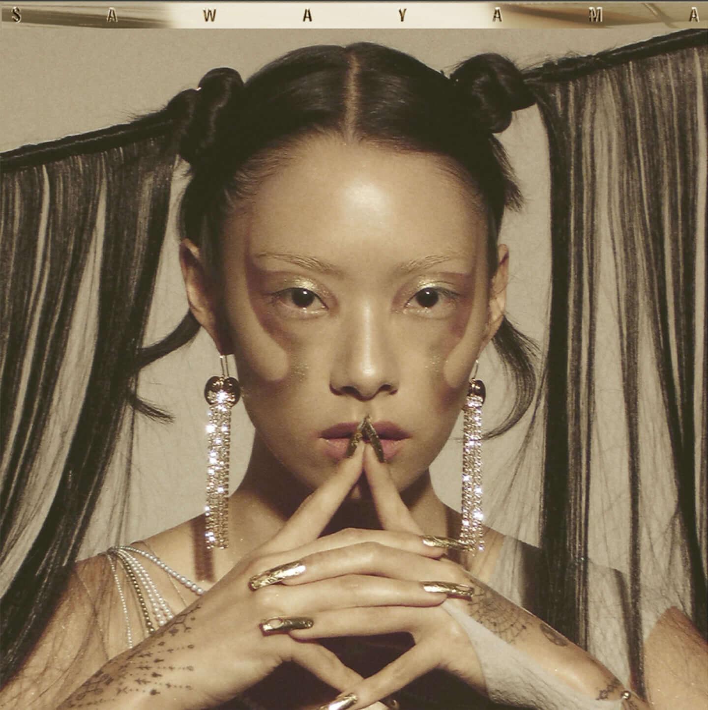 "VOGUEも注目のSSWリナ・サワヤマがデビュー・アルバム『SAWAYAMA』から新曲""Choesen Family""をリリース music200403_rinasawayama_01-1-1440x1445"