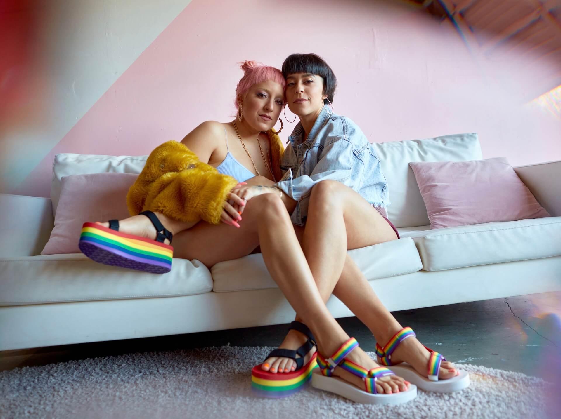 Tevaから、LGBTQ+支援団体「It Gets Better Project」記念サンダル登場!レインボーカラーの2種類 lf200421_teva_universal_02