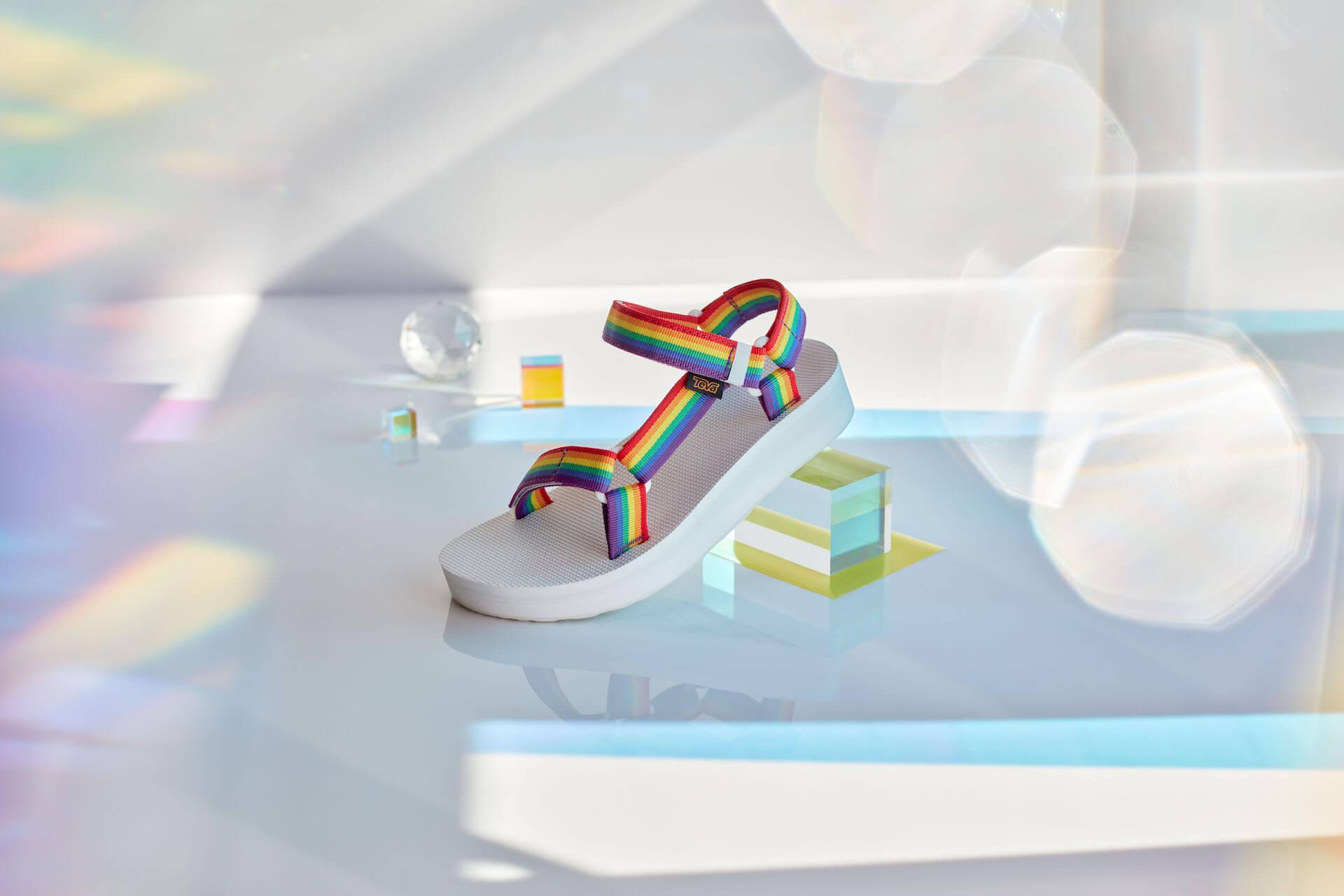 Tevaから、LGBTQ+支援団体「It Gets Better Project」記念サンダル登場!レインボーカラーの2種類 lf200421_teva_universal_06