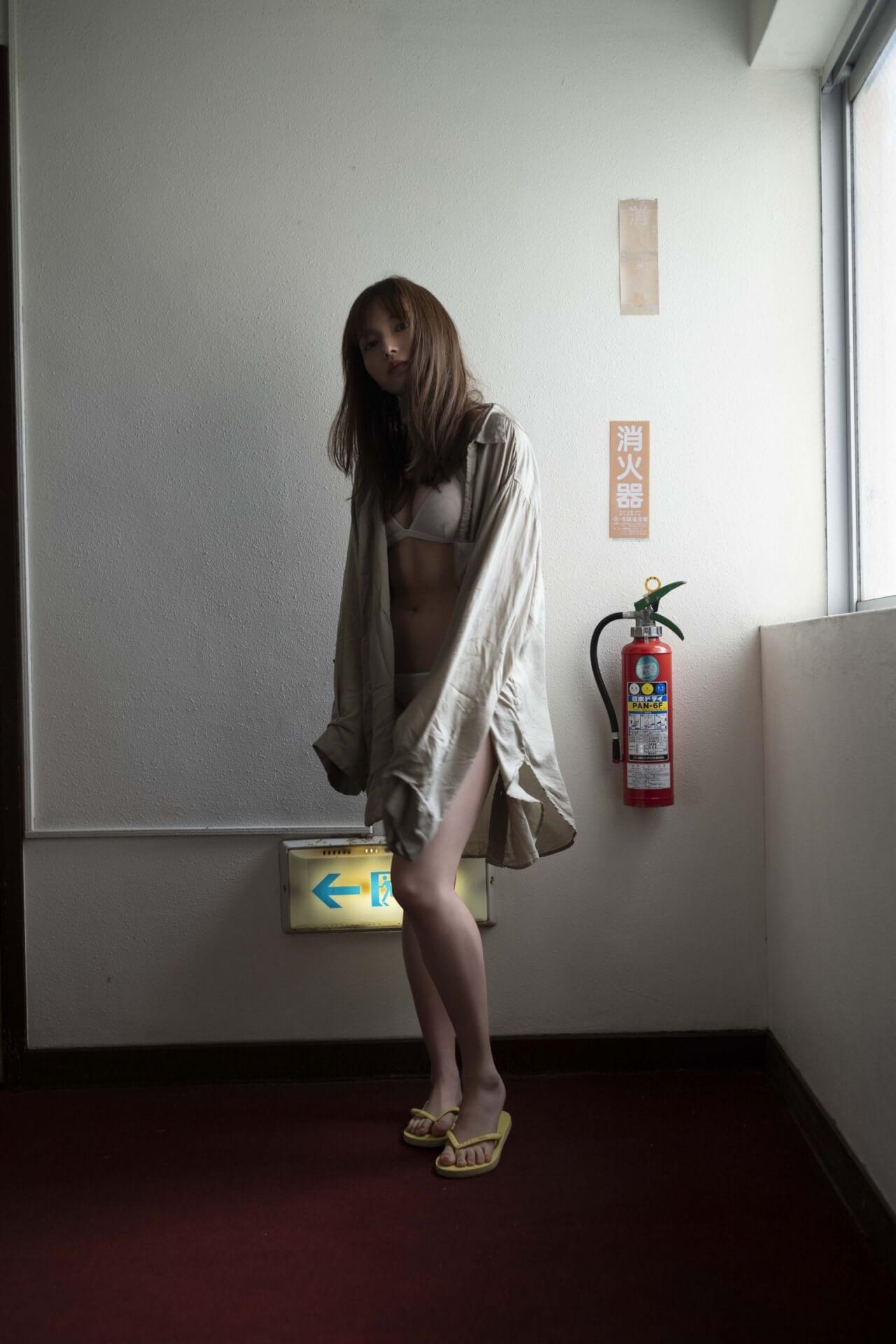 オトナムードを演出する小室さやかがふっくらボディを『週刊プレイボーイ』で披露!「綺麗かっこいい」雰囲気に art200512_komurosayaka_4